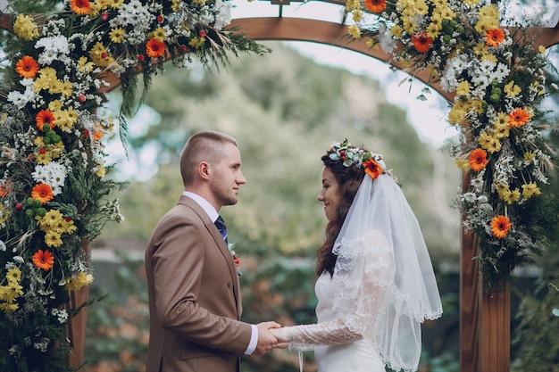 Paare, die im altar