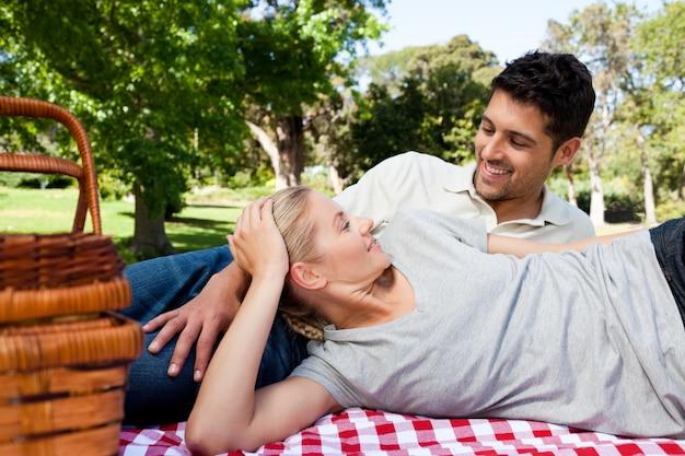 Paare, die im park picknicken