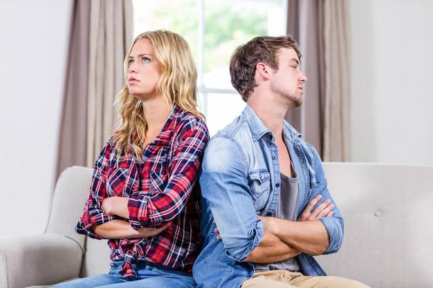 Paare, die im wohnzimmer sich schmollen