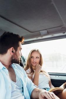 Paare, die in Auto reisen