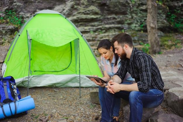 Paare, die in den bergen, sommertouristen kampieren.