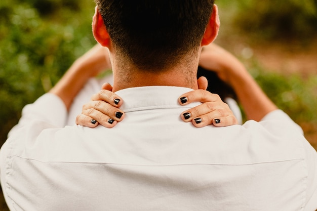 Paare, die in der liebe mit einem natürlichen blick umarmen