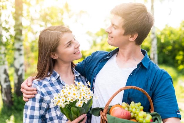 Paare, die in der natur sich amüsieren