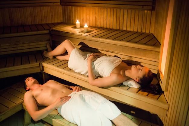 Paare, die in der sauna sich entspannen