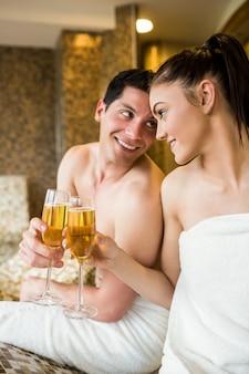 Paare, die in der thermischen suite sich entspannen