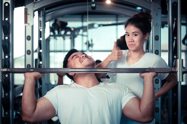 Paare, die in der turnhalle trainieren