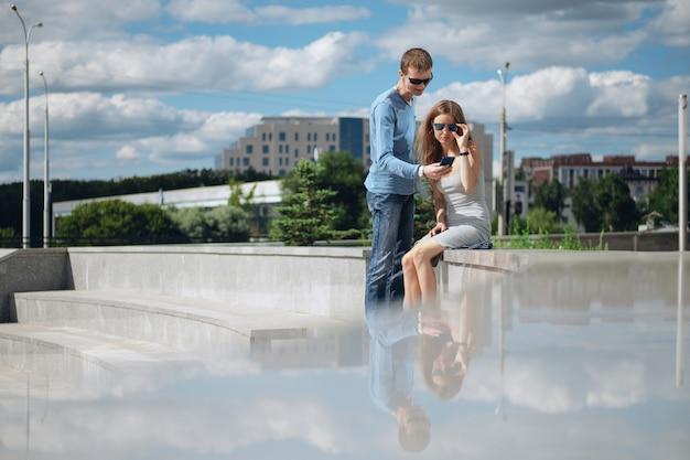Paare, die in die stadt mit smartphone navigieren