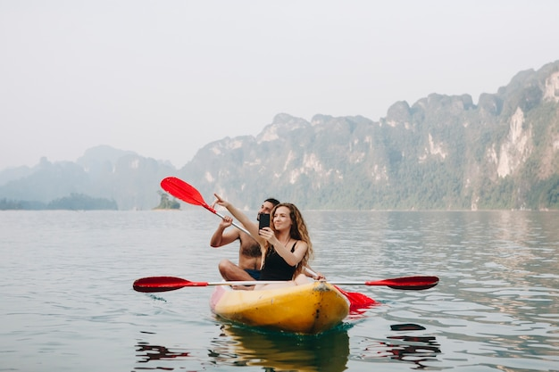 Paare, die in einem kanu schaufeln