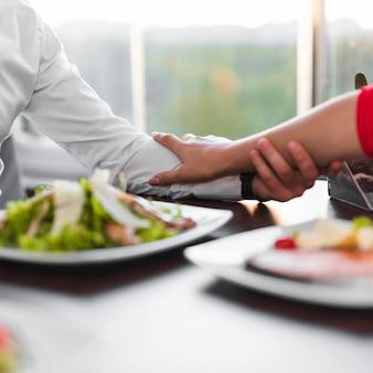 Paare, die in einem restaurant zu abend essen