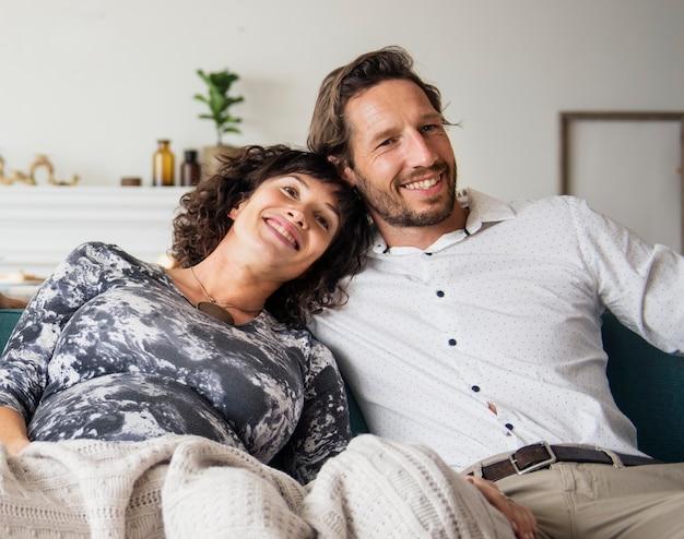 Paare, die in einem wohnzimmer sich entspannen
