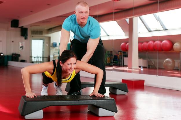 Paare, die in einer eignungsgymnastik ausarbeiten