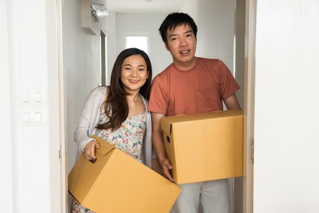 Paare, die in neuen wohnungsraum umziehen