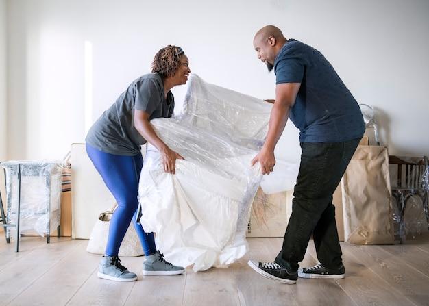 Paare, die in neues haus umziehen