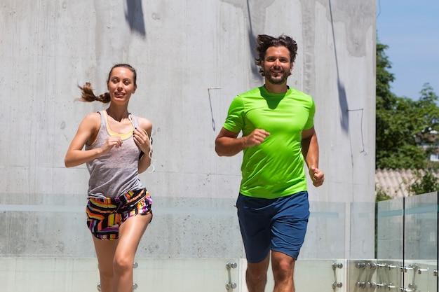 Paare, die in städtische umwelt laufen