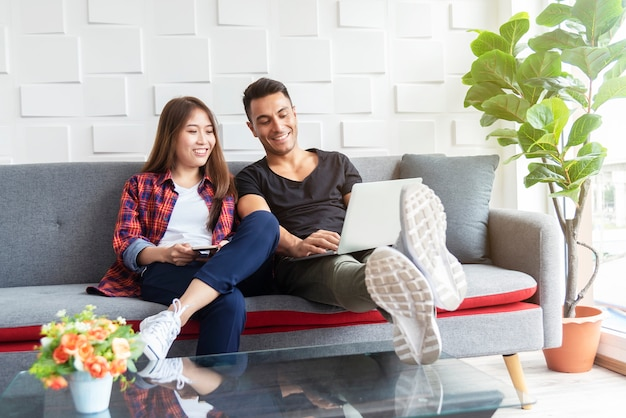 Paare, die internet verwenden, um im laptop in stillstehendem raum zu arbeiten. netzwerkanschlusstechnik fürs leben.