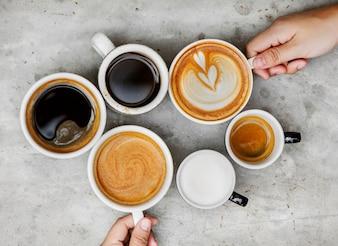 Paare, die Kaffee am Wochenende genießen