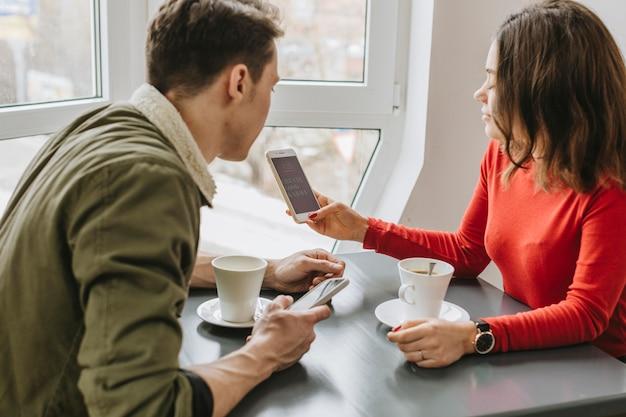 Paare, die kaffee in einem restaurant trinken