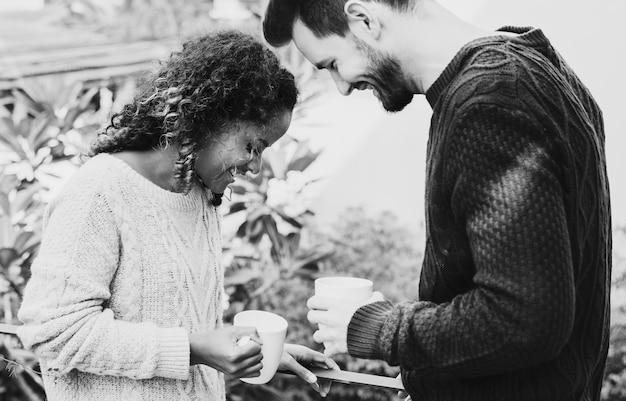 Paare, die kaffee wegnehmen