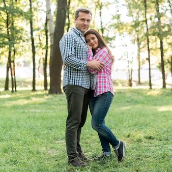 Paare, die kamera im garten umfassen und betrachten