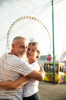 Paare, die kamera umarmen und betrachten