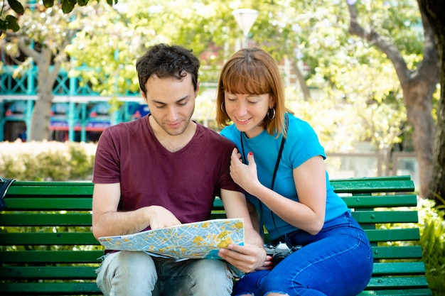 Paare, die karte in den händen halten und zusammen reisen.