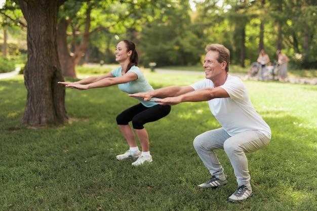 Paare, die körperliche übungen in der natur tun.