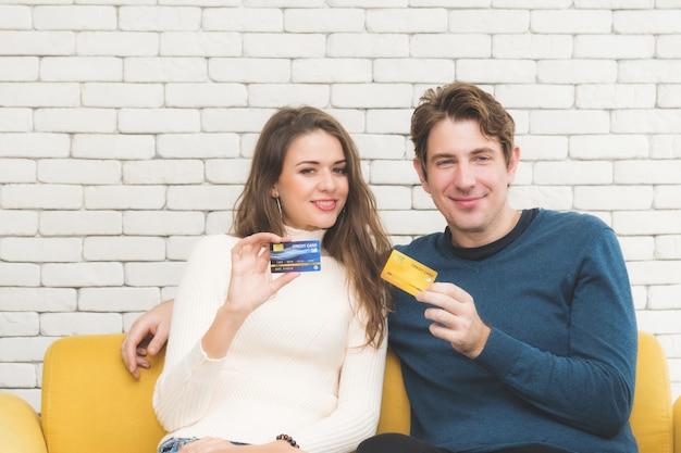 Paare, die kreditkartenausstellung halten.