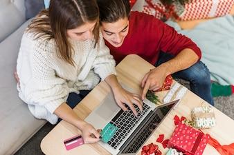 Paare, die Laptopbildschirm betrachten