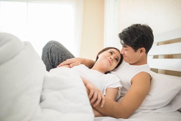 Paare, die letzte nacht morgens über etwas sprechen