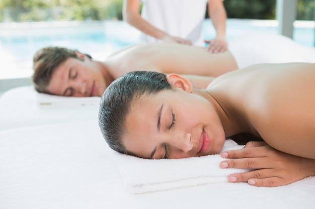 Paare, die massage am gesundheitsbauernhof genießen