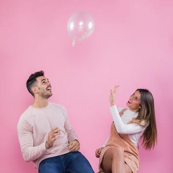 Paare, die mit luftballon spielen