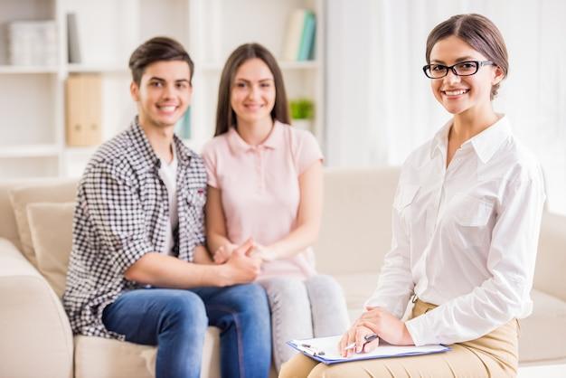 Paare, die mit psychotherapeuten während der therapiesitzung sprechen.