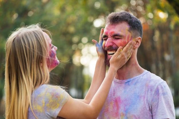 Paare, die mit pulverisierter farbe spielen
