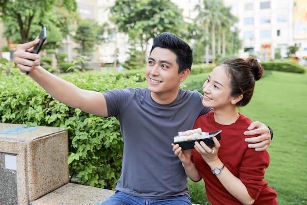 Paare, die mit straßennahrung fotografieren
