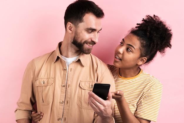 Paare, die miteinander beim halten des smartphone sprechen