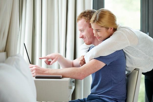 Paare, die online einkaufen