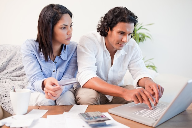 Paare, die online ihre bankkonten überprüfen