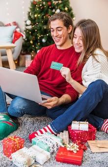 Paare, die online mit laptop kaufen