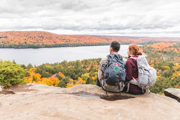 Paare, die panorama von der spitze betrachten