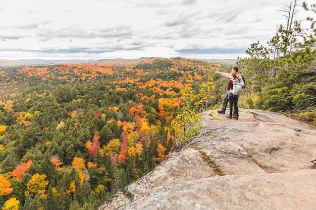 Paare, die panorama von der spitze der felsen betrachten