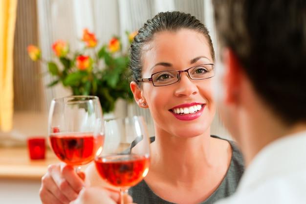 Paare, die rosafarbenen wein trinken
