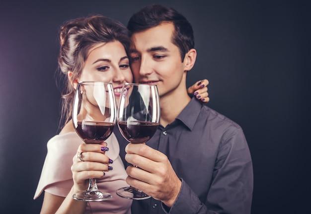 Paare, die rotwein trinkend feiern