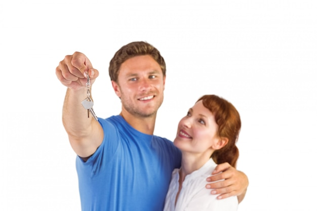 Paare, die schlüssel zum haus halten