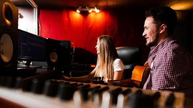 Paare, die seitlich den schirm und die unscharfe tastatur betrachten