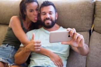 Paare, die selfie auf Smartphone nehmen