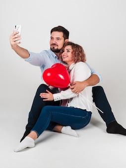 Paare, die selfie für valentinsgrüße nehmen