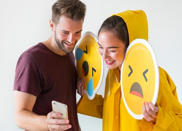 Paare, die selfie mit emojis nehmen