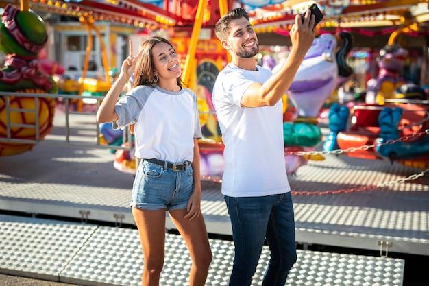 Paare, die selfie mit telefon nehmen