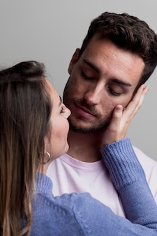 Paare, die sich umarmen und umfassen