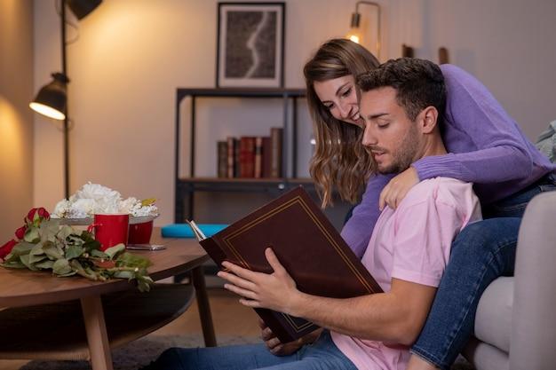 Paare, die sich zu hause im wohnzimmer entspannen